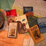 sélection de livres sur fond de carte routière