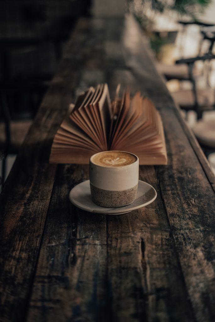 Tasse de café et livre tons marron-beige