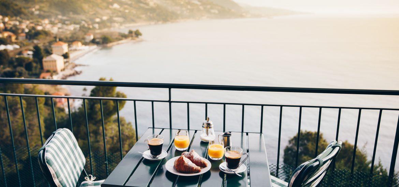 Petit déjeuner sur balcon vue mer