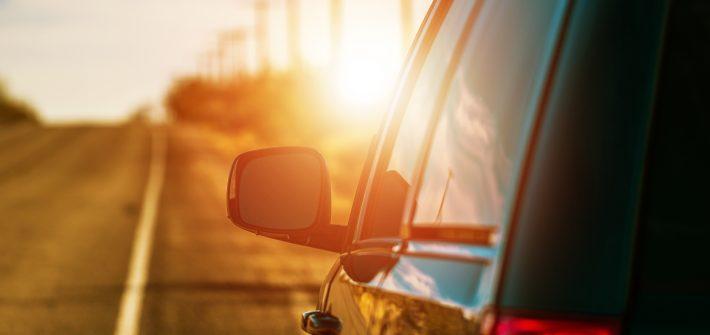 voiture et route ensoleillée illustration L'esprit du voyage