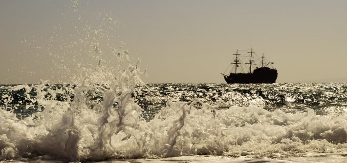 Vague et bateau pirate