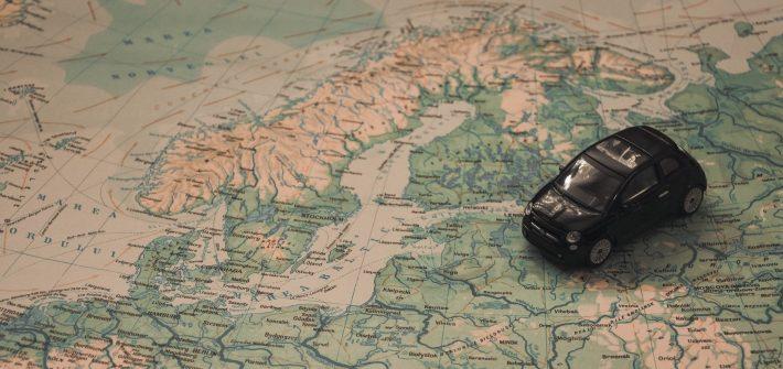 Voiture mini sur carte voyage illustration Arrêter de voyager?