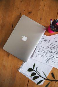 ordinateur sur bureau bois illustration Comment s'occuper chez soi