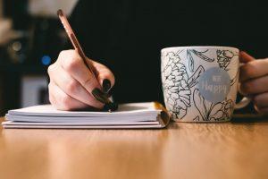 Personne ecrivant sur un carnet et café illustration Comment s'occuper chez soi