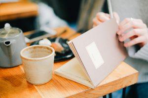 Notebook et mug illustration Comment s'occuper chez soi