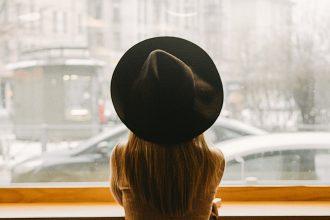 Femme au chapeau noir à la fenpetre illustration Comment s'occuper chez soi