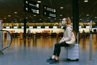 femme masquée assise sur sa valise illustration visites virtuelles