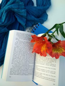 Ambiance C'est le cœur qui lâche en dernier livre ouvert fleur carnet foulard