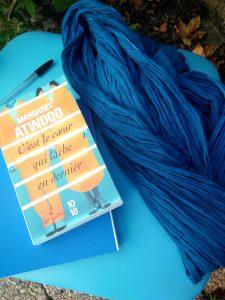 Ambiance C'est le cœur qui lâche en dernier chaise foulard carnet bleu