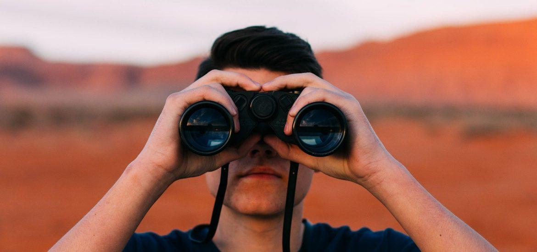 Homme aux jumelles illustration Eloge de la curiosité