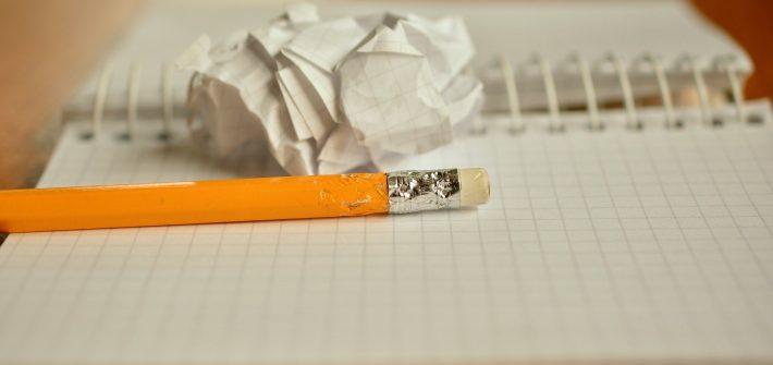 Illustration post créativité-bloc notes et crayon jaune